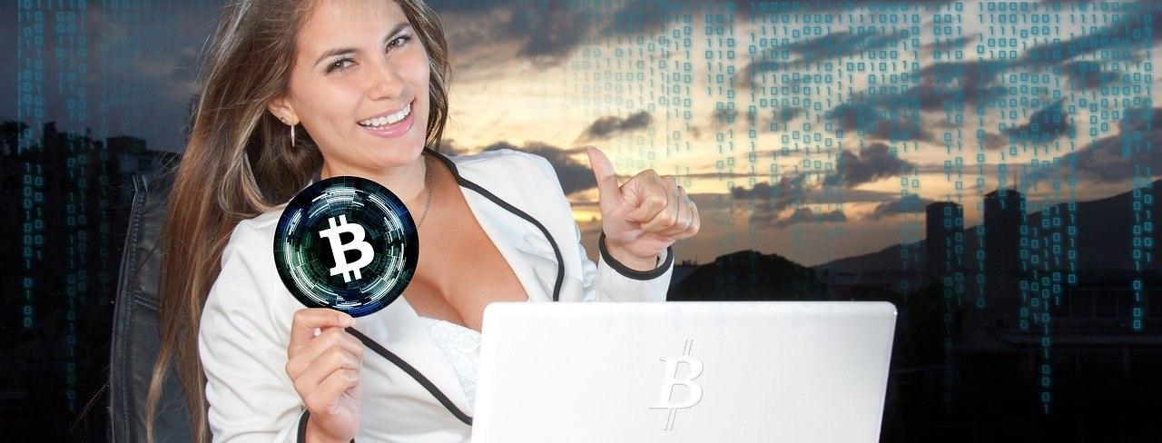 Bitcoin Frau mit Bitcoin-Symbol in der Hand